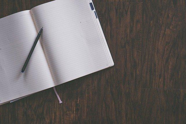 """""""Die drei goldenen """"R"""" guter Führung"""" """"Blog von Kanzleiprofiling"""" """"Mit Rahmen, Rollen, Regeln führen"""" """"Marion Ketteler"""" """" dunkler Schreibtisch mit geöffnetem Heft und Stift"""""""