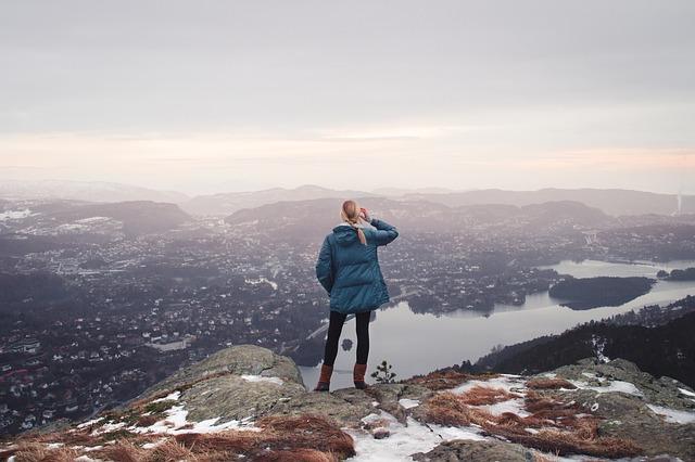 7 Tipps gegen die 100 Stunden Woche Frau auf Gipfel mit Blick ins Tal
