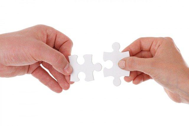 7 Tipps gegen die 100 Stunden Woche  zwei Hände und Puzzlestücke