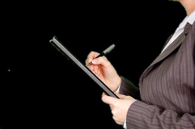 Die Kunst guter Delegation Nachbesprechung und Kontrolle Frau mit Stift und Heft in der Hand