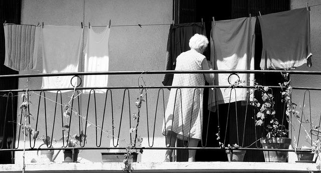 7 Tipps gegen die 100 Stunden Woche Alte Frau hängt Wäsche auf