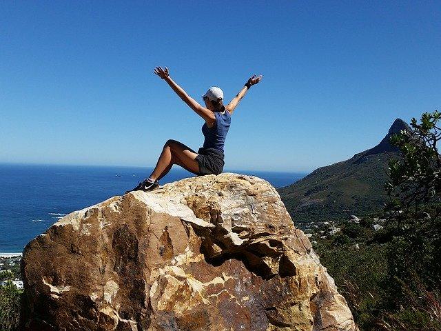 Vertrauen und Technik- die Eckpfeiler in Krisenzeiten Frau auf Berggipfel