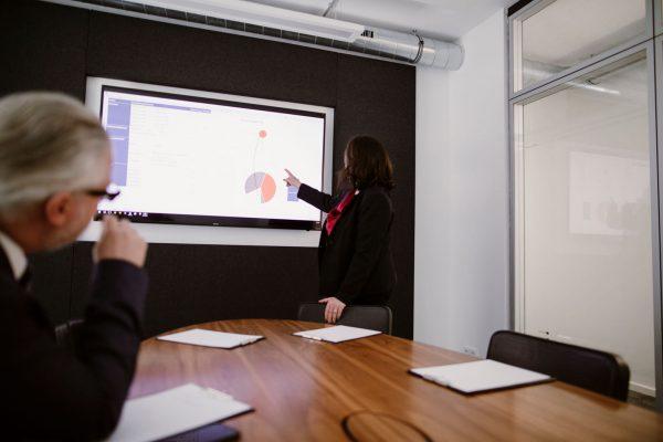 Marion Ketteler Strategie Beratung fuer Steuerberater Coaching Situaton Marion Ketteler in einer Steuerkanzlei in der Beratung mit einem Kunden