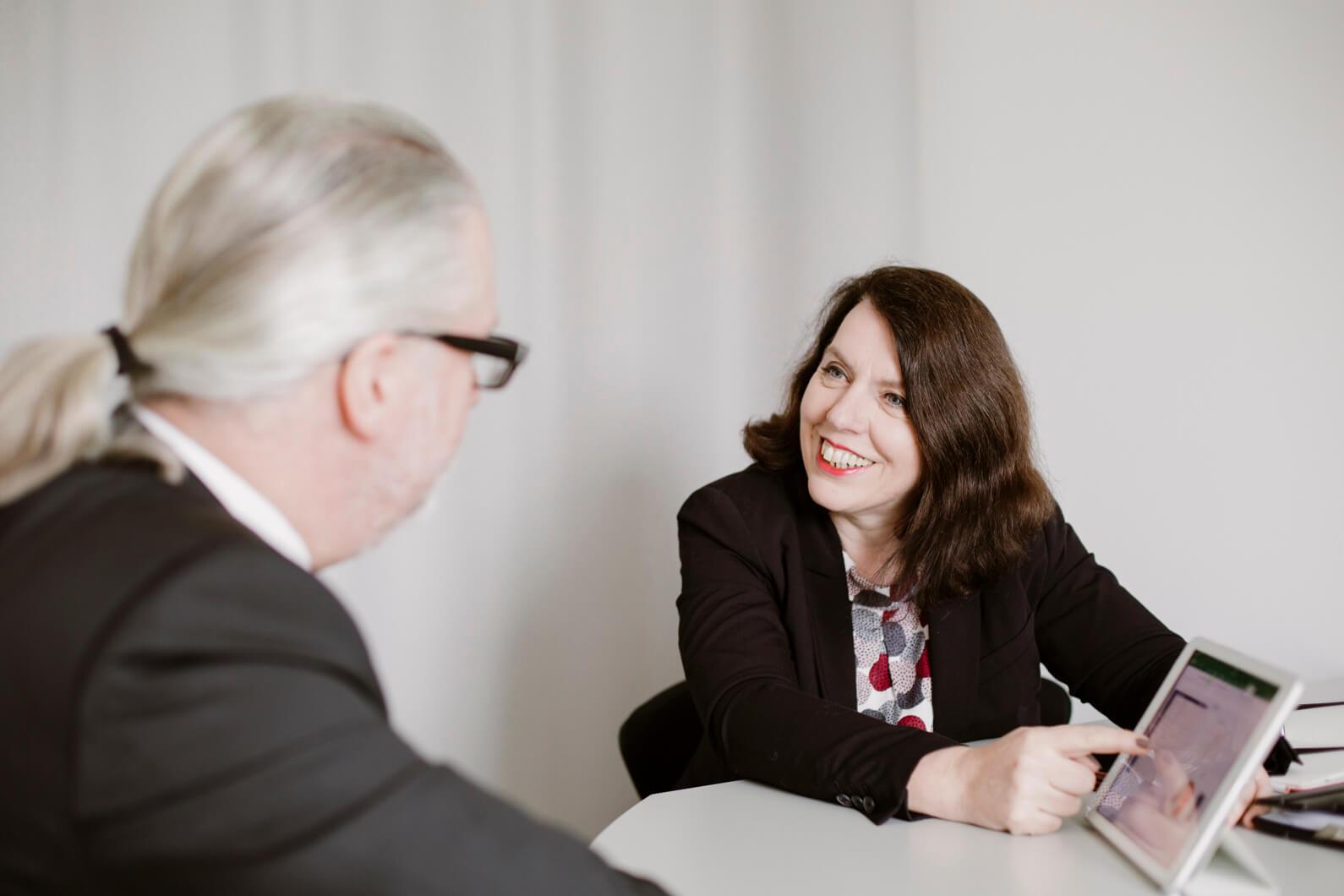 Strategie Beratung fuer Steuerberater die die richtigen Mitarbeiter finden wollen Marion Ketteler in der Beratung mit einem Kunden